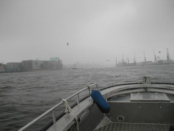 Blick auf den Hafen vom Kleinboot aus