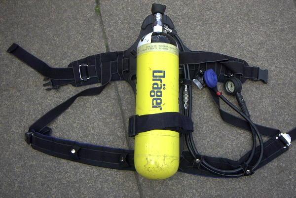 Atemschutzgerät Typ Dräger PA 94 plus - das Standardgerät in Hamburg, mit 6 l Composite(GFK)-Flasche bei 300 bar Druck (= 1800 l Luft).