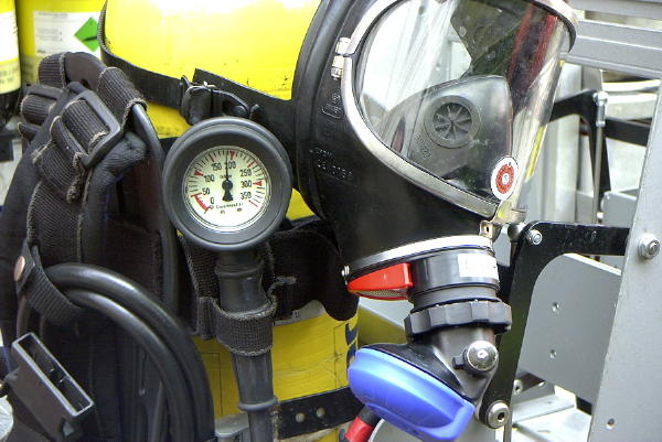 Atemschutzgerät Dräger PA 94 plus, in der Kfz.-Halterung im Geräteraum, mit Maske Dräger Panorama-Nova m. Einheitssteckanschluß (ESA) für Überdrucktechnik