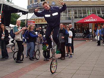 Ein Beispiel für die Vielseitigkeit und Improvisation unserer FF - wir haben sogar einen Einradfahrer...