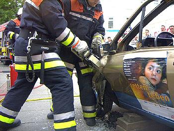 Einsatz des hydr. Rettungspreizers an der Fahrertür zum Schaffen einer Befreiungsöffnung