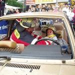Betreuung und Erstversorgung im Unfall-PKW. Der Verletzte trägt zu seinem Schutz vor Glassplittern und bei Einsatz der hydr. Rettungsgeräte einen Feuerwehrhelm.