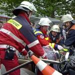 Die verletzte Person ist aus dem Fzg. gerettet und auf die Fahrtrage auf einer Vakuummatratze gelagert. Sie trägt einen Stiff-Neck zur Stabilisierung der Halswirbelsäule.