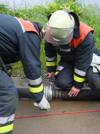 Vorbereitung der Saugschläuche für die Wasserentnahme von Landseite