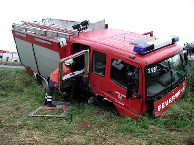 Beim Frontalzusammenstoß eines Autos mit diesem Feuerwehrfahrzeug sind am Montagabend (01.07.2002) bei Hohnstorf (Landkreis Lüneburg) acht Menschen schwer verletzt worden. Trotz Tempo 70 und Überholverbot war ein Pkw-Fahrer auf der Bundesstraße 209 auf die linke Spur gefahren, um einen Lastwagen zu überholen. Dabei ist er frontal mit dem Einsatzfahrzeug zusammengeprallt. dpa/lno/lni
