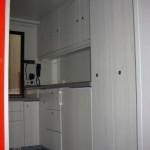 Küchenzeile rechtsseitig mit Kühlschrank, im Hintergrund der Funk-Anschluß für den Versorgungsraum