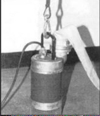 Eine E-Tauchpumpe, fertig angeschlagen und mit C-Schlauch einsatzbereit zum lenzen