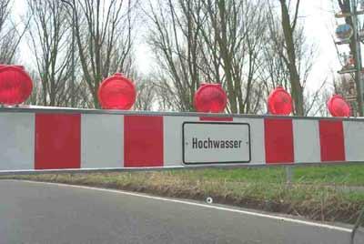 Diese Schilder und Schranken sind in diesen Tagen, in vielen Orten Norddeutschlands zu sehen. Nicht selten ist in diesen Regionen schon der Katastrophenfall ausgerufen.