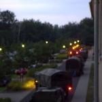Eine Kolonne aus Radpanzerwagen formiert sich zum Ausrücken.