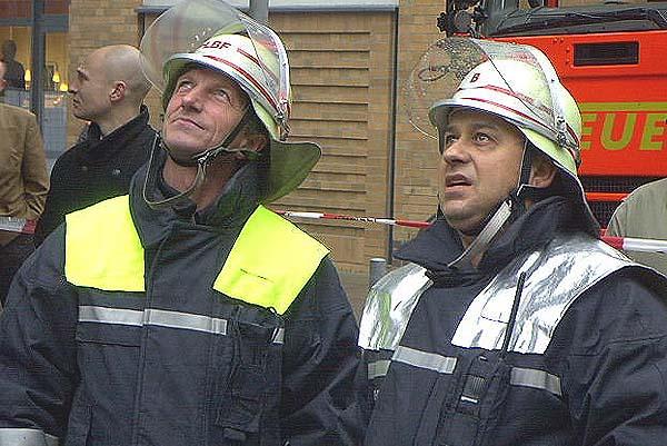 Die Einsatzleiter von FF und BF (LBF H. Jonas und BDI W. Meichßner) beurteilen die Lage.