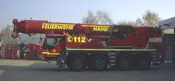 Der neue Hamburger Feuerwehr-Kran Liebherr LTM 1060/2 vor der Umwelt-und Technikwache F 32