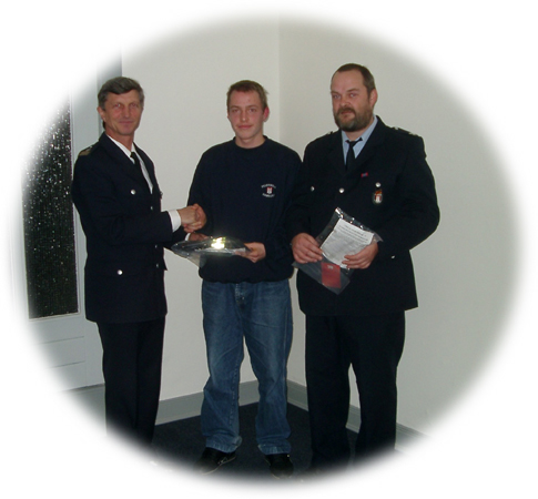 Der Landesbereichsführer (FF) Hermann Jonas (von links) übergibt den Kameraden Björn Martini und Stefan Schröder die Hauptgewinne.