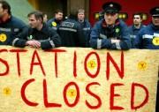 Zu Beginn ihres achttätigen Streikes stellen sich die Feuerwehrmänner der Feuerwache Cowcaddens in Glasgow am Freitag den Pressefotografen. (Foto: Jeff J Mitchell)