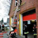 Angriff einer Löschgruppe über tragbare Leitern in ein Obergeschoß unter Vornahme eines C-Rohres