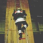 Besteigen der ausgezogenen und am Leiterkopf gesicherten Leiter.