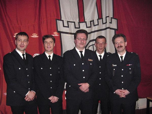 Mathias Baack (ganz links) wurde zum Feuerwehrmann befördert. Michael Reuter (2. von links) wurde zusammen mit Oliver Boltz (Mitte) und Oliver Schramm (2. von rechts) für 20 Jahre Zugehörigkeit geehrt