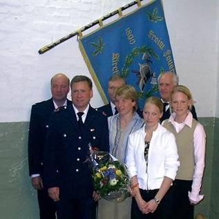 Mit Uwe Behnken freuen sich seine Frau Petra und die beiden gemeinsamen Töchter sowie Karl-Heinz Kahl (WFV FF Kirchwerder Süd), Bereichsführer Werner Burmester und Wehrführer Heino Goes.