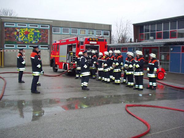 Manöverkritik nach erfolgreichen Brandstellenübung durch die Prüfungskommssion