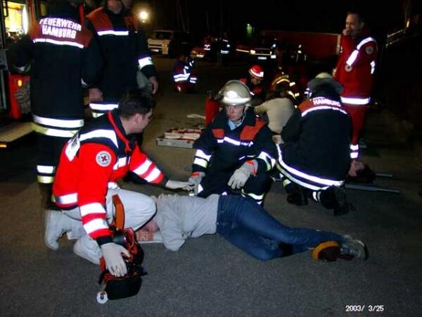 Die ersten Verletzten werden gerettet