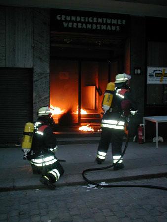 Der Trupp hatte das Feuer im Eingangsbereich schnell unter Kontrolle. ©Freiwillige Feuerwehr Lokstedt