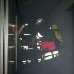 Angriffstrupp kurz vor dem Öffnen einer verschlossenen Tür ©Freiwillige Feuerwehr Lokstedt