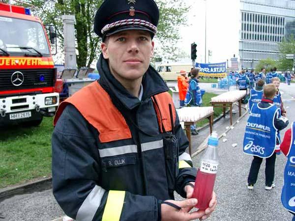 Björn Ollik hält sich mit der Getränkeflasche bereit