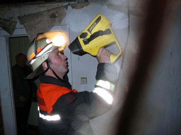 Ein Kollege der Berufsfeuerwehr überprüft die ausgebrannten Räume mit einer Wärmebildkamera nach versteckten Glutnestern ©wendt