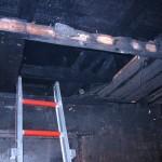 Hier brannte das Feuer durchs Dach. Die hellen Stellen  dokumentieren, dass in der aufgenommenen Zwischendecke weitere Glutnester gesucht wurden. ©tropp