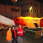 Im Hintergrund ist ein oranges Zelt zu sehen. In diesem Zelt konnten die Feuerwehrkräfte duschen.