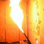 Hier sieht man eine gekappte Gasleitung, die brennt. Hier gilt für die Feuerwehr: Erst die Gasleitung abschiebern und dann löschen.