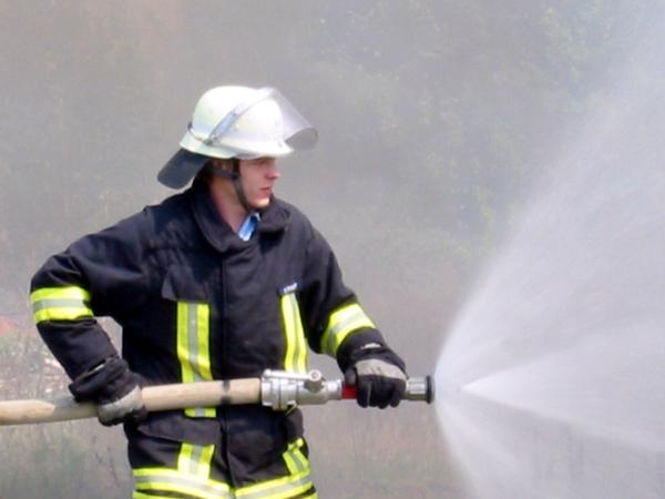 Ein Bremer Feuerwehrmann bei Löschen eines Flächenbrandes