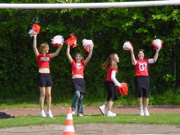 Auch durch Cheer-Girls ließen sich die Mannschaften unterstützen...