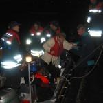 Übergabe einer durch das Kleinboot der FF Pöseldorf geretteten Person