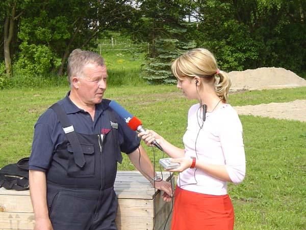 Wehrführer Werner Meyer(FF Curslack) gibt Antworten auf die Fragen von Nicole Dieckmann (NDR 90.3)