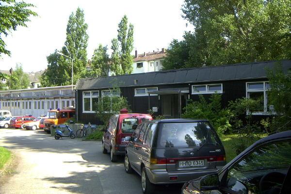 Fahrzeuggedränge vor der Unterkunft der FF Harburg