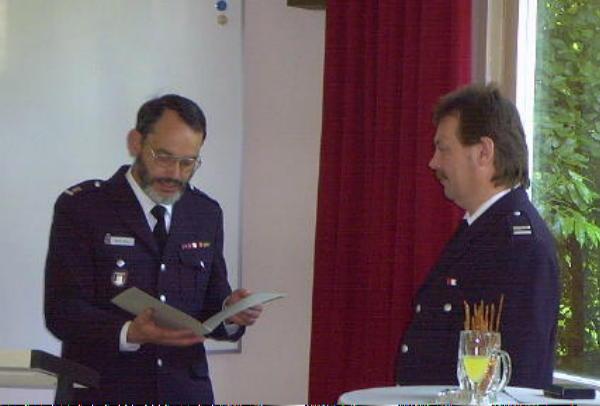 Überreichung der Urkunde des LBF H. Jonas durch DBerF B. Jansa an den Jubilar W. Graf