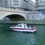 Taucherübung auf der Seine in der Nähe von Notre Dame