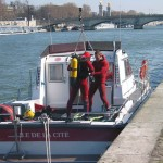 Taucher an Bord des Löschbootes