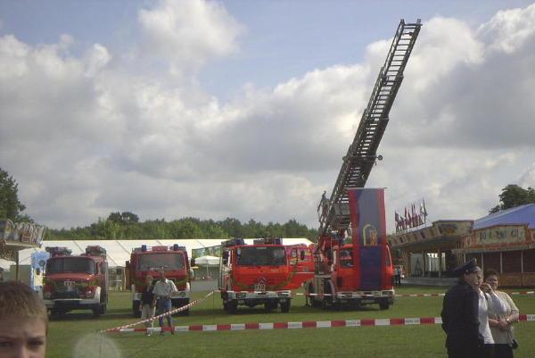 Die Fahrzeuge der FF Duvenstedt und die Drehleiter als Bannerträger auf dem Festplatz