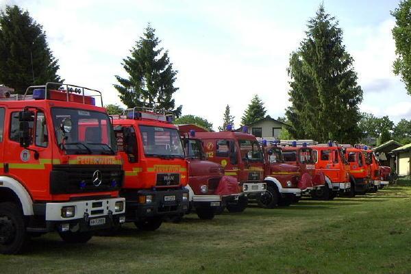 Wehren aus ganz Hamburg waren vertreten, wie die Vielfalt der Fahrzeuge auf der Parkwiese verdeutlicht - nur eine Reihe von mehreren.