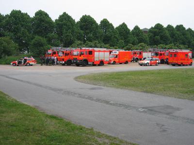 Die Züge 31, 33 und die FF Rönneburg im Bereitstellungsraum<br>© FF Rönneburg