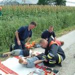 Die geretteten Personen werden an der Verletztensammelstelle versorgt