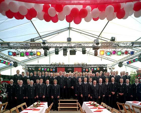 Die Kameraden der Einsatz- und Ehrenabteilung der beiden Jubiläumswehren päsentieren sich auf der Bühne im großen Festzelt.