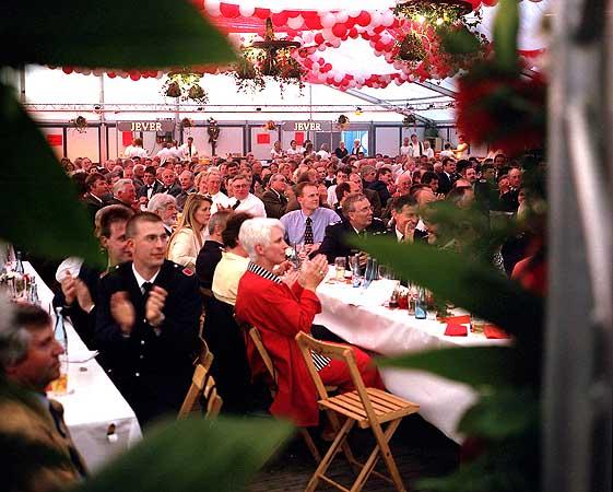 Über 700 geladene Gäste vernehmen die Grußworte der Repräsentanten aus Politik, der Feuerwehr und der Vierländer Vereine auf dem Kommersabend.