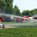 Die Jugendfeuerwehr Curslack bei der Brandschutzvorführung: Brennt Holzhütte in voller Ausdehnung.