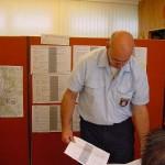 K.-D. Skjöth in der Einsatzzentrale im Feuerwehrhaus der FF Eißendorf; im Hintergrund die Stellwände mit den Objekten und Aufgaben