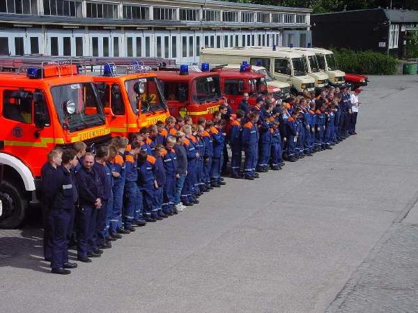 Abschluss-Besprechung auf dem Gelände der Freiwilligen Feuerwehr Eißendorf (im Bild nur ein Teil der eingesetzten Fahrzeuge)