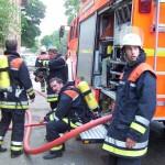 Personen gerettet, Feuer gelöscht, Abspannen. Den PA-Trupps ist die Anstrengung und Hitze anzusehen.