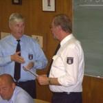 Wehrführer Gerd Mögling bei der Übergabe der Glückwunschkarte an Günter Kirchner