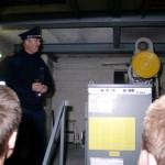 Wehrführervertreter Ingo Hagemann erklärte die Wirkungsweise des Fahrstuhlantriebes